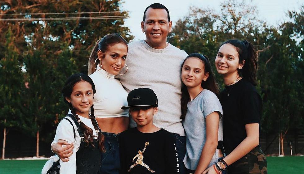La cantante y el ex beisbolista compartieron este día especial junto a sus pequeños hijos. (Foto: @arod)