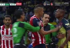Se pudrió todo: Pedro Aquino y Sergio Flores se fueron a las manos en el América vs. Chivas [VIDEO]