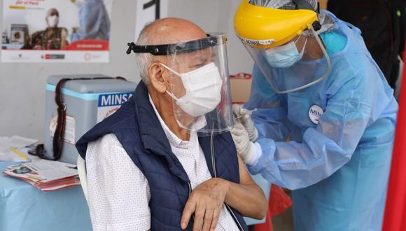 Esta primera etapa contempla la vacunación de mayores de 80 años. (Foto: Britanie Arroyo / @photo.gec)