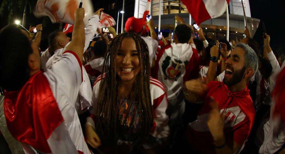 El banderazo de los hinchas en la previa del Perú vs. Bolivia. (Foto: Daniel Apuy - GEC)