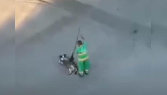 El trabajador de limpieza fue grabado infraganti rascando la pancita de un perrito callejero. |Foto: Luis Lizama/YouTube