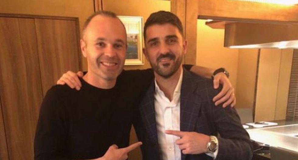 La felicidad de Iniesta por volver a compartir vestuario con David Villa. (Twitter)