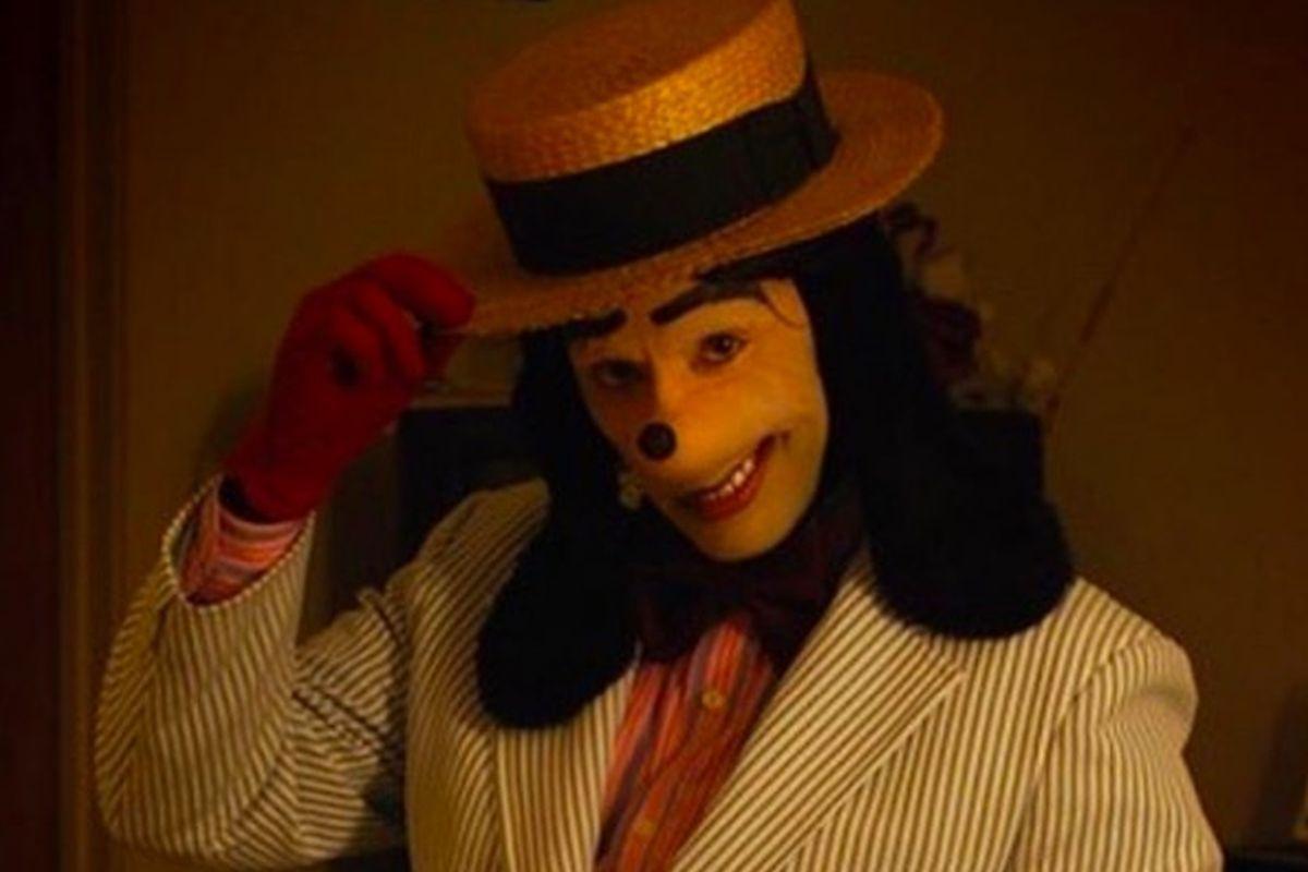 'Jonathan Galindo' aparece como una persona vestida con una capucha negra y cuyo rostro está escondido por una inquietante máscara similar Goofy (Foto: Twitter)