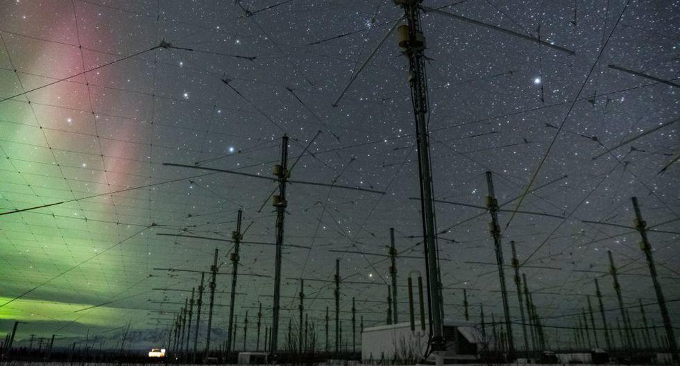 HAARP comenzó como un transmisor de alta frecuencia y alto poder que se usa para estudiar la ionosfera, pero muchos creen que también es un arma que puede provocar terremotos y distintos desastres naturales (Foto: AP)