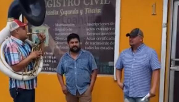 Decidió festejar su divorcio con una banda de música y el momento se volvió viral. (Foto: Cd acuña Coahuila / Facebook)