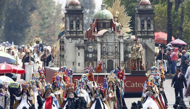 Mexicanos participando en el desfile cívico-militar por el aniversario de la Batalla de Puebla antes de la pandemia (Foto: EFE/Francisco Guasco).