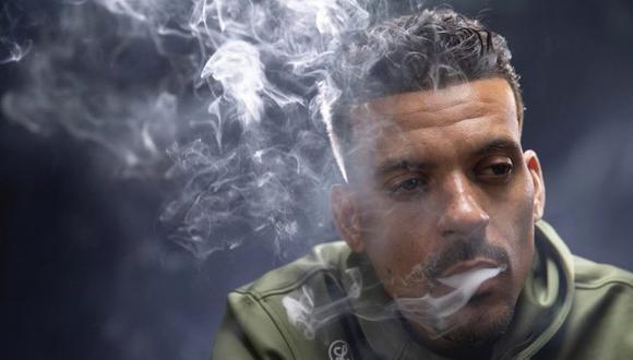 Matt Barnes, exjugador de la NBA, exhalando el humo mientras fuma. (Foto: Marca)