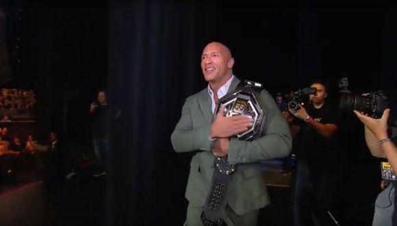 The Rock presentó el título del 'Peleador Más Recio' en el careo oficial del UFC 244. (UFC)