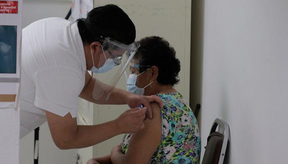 Vacuna COVID-19 en México: pasos para registrarte y dónde vacunarte si eres adulto mayor (Foto: Getty Images).