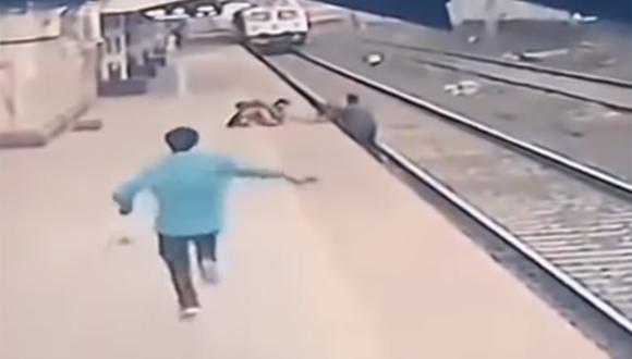 Las cámaras de seguridad de la estación de tren de Mumbai captaron el impactante momento. | Foto: CCTV