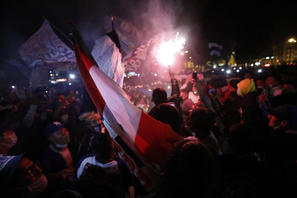 Hinchas de Alianza Lima realizaron plantón para exigir mejores resultados.