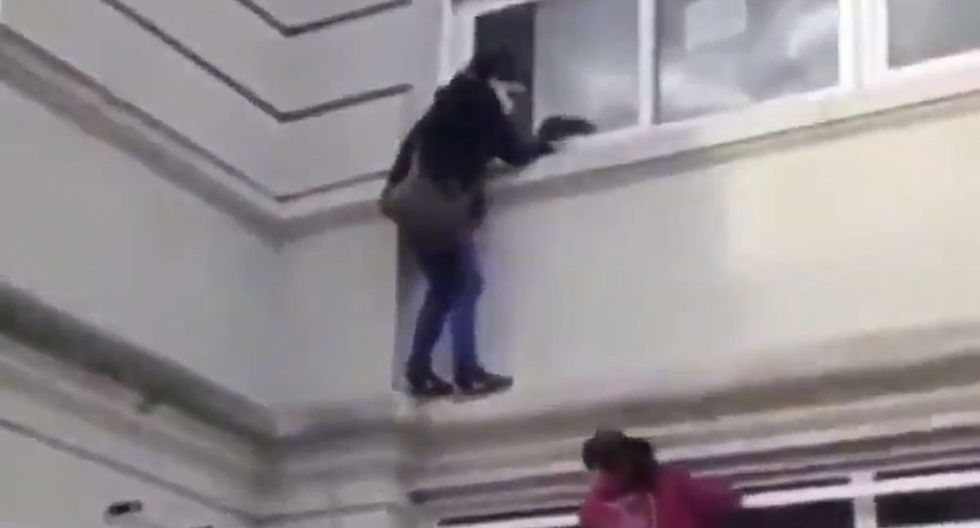 Mujer trepa hospital para ver a sus familiares hospitalizados por COVID-19 en Buenos Aires. (Captura/Twitter)