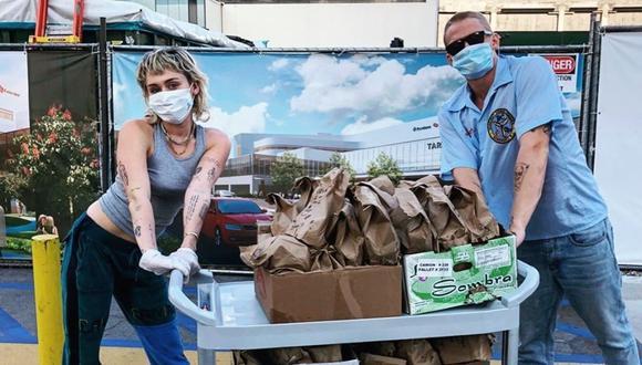 Miley Cyrus y Cody Simpson entregan tacos a personal médico que lucha contra el COVID-19. (Foto: @codysimpson)