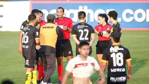 El árbitro Fernando Legario recibió reclamos de los jugadores de Cantolao tras el fin del choque ante Universitario. (Foto: GEC / Fernando Sangama)