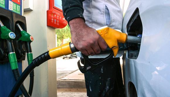 Debido al alza de los combustibles, los mexicanos buscan opciones para conocer las estaciones de servicio que ofrecen precios más cómodos. EN la imagen, un conductor llena su vehículo con gasolina en una estación de servicio (Foto referencial: Pascal Guyot / AFP)