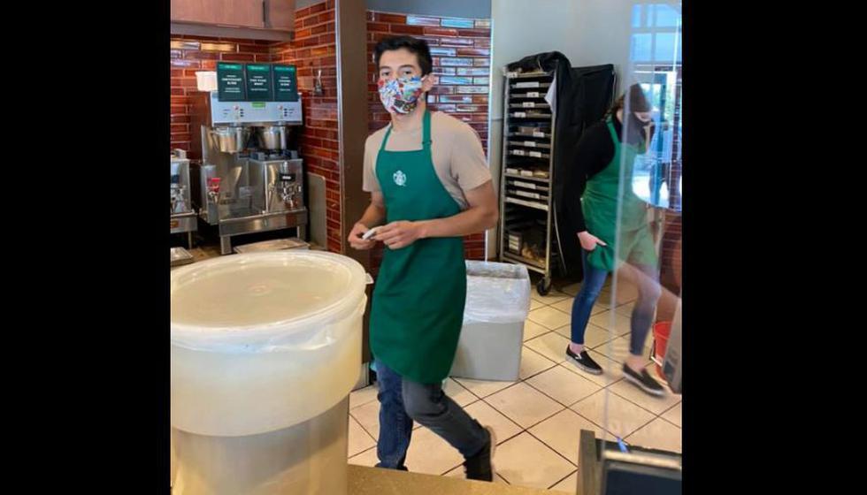 Lenin Gutierrez, empleado de Starbucks, se negó a atender a mujer sin cubrebocas. (Foto: Facebook Amber Lynn)