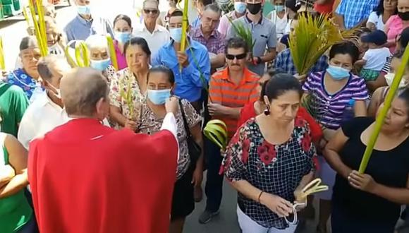 """Sacerdote le arranca cubrebocas a fieles y asegura que son """"babosada"""". (Foto: Lilian Caballero / YouTube)"""