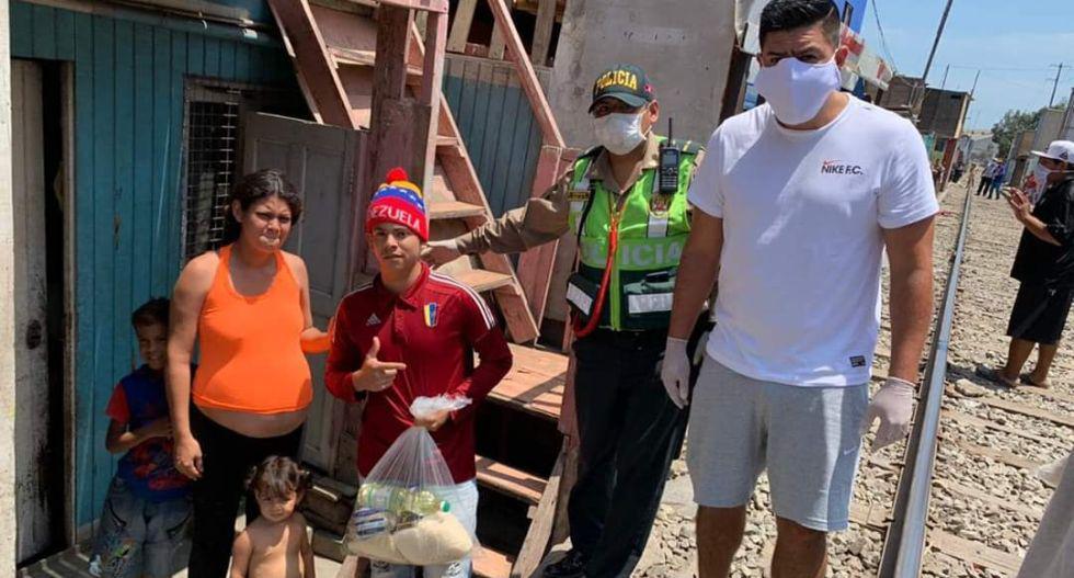 Familia de Carlos Zambrano realizó donaciones a gente de bajos recursos. (Foto: Facebook)