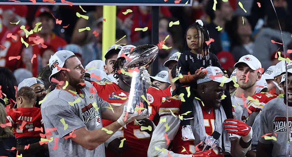 Travis Kelce de Kansas City Chiefs besando el trofeo Vince Lombardi después de vencer a los San Francisco 49ers por 31 sobre 20 en el Super Bowl 2020. (Photo by Al Bello/Getty Images)