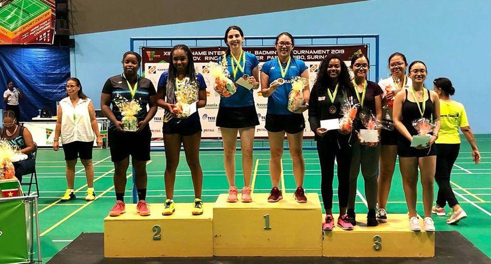 Danica Nishimura y Daniela Macías en el podio del XIII Suriname International 2019. (Foto: Bádminton Perú)