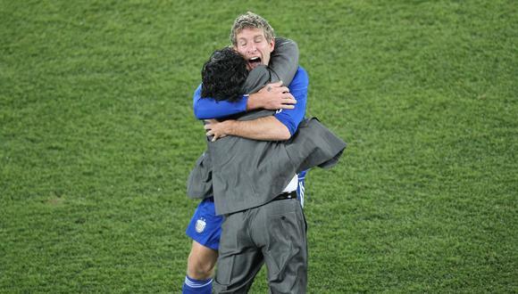 Palermo y Maradona se abrazan en el Argentina-Grecia de Sudáfrica 2010. (Foto: AFP)
