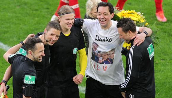 Erling Haaland cambió camiseta con árbitro alemán que se retiró oficialmente. (Foto: AFP)