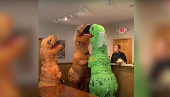 Pareja es sensación en redes sociales por casarse disfrazados de dinosaurios. (YouTube/Vídelo)