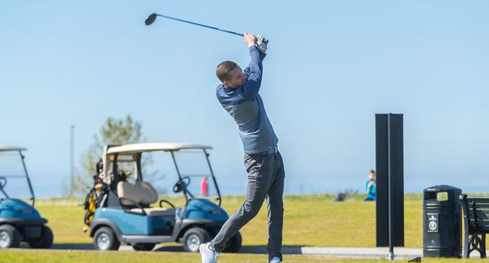 Seleccionados de Islandia juegan golf.