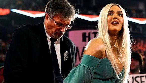 Lana siendo arrestada. (Foto: WWE)