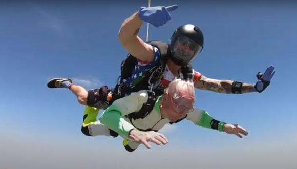 Anciano de 103 años saltó en paracaídas y el video es viral en redes sociales. (YouTube)