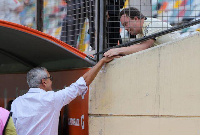 Gregorio Pérez y su gran gesto con un hincha crema. (Foto: Prensa 'U')