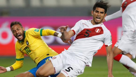 Carlos Zambrano fue expluslado a los 90 minuntos del Perú vs Brasil. (Agencias)