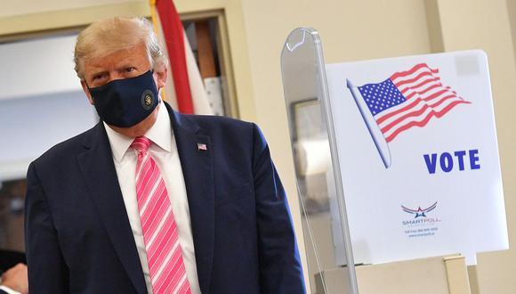 El presidente de Estados Unidos, Donald Trump, se va después de emitir su voto en la Biblioteca Pública del Condado de West Palm Beach. (Foto de MANDEL NGAN / AFP).