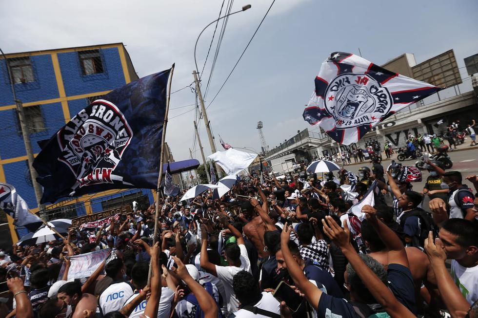 Hinchas de Alianza Lima realizan banderazo en los en exteriores del estadio Matute en La Victoria. (Fotos: Andrés Paredes / @photo.gec)