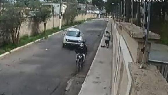 Un conductor frustra un asalto al atropellar con su camioneta a los ladrones. (Foto: @PoliciaPenalSp / Twitter)
