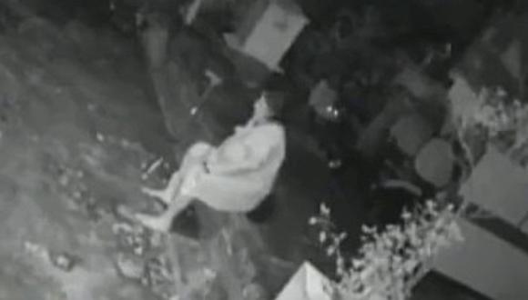 El video viral de la mujer que se defendió  a bastonazos del ataque de un leopardo. (Foto: @WeAreAssam / Twitter)