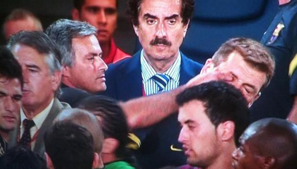 En la Supercopa de 2011, José Mourinho agredió a Tito Vilanova metiéndole el dedo en el ojo. (Internet)
