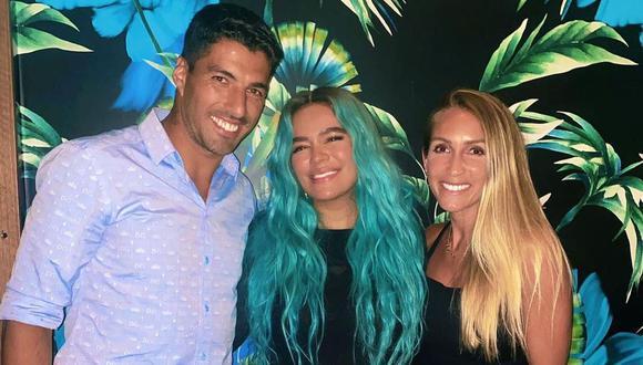 Karol G se luce en fotografía junto a Luis Suárez y su esposa. (Foto. Instagram)