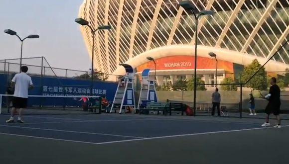 Dos personas jugando tenis en Wuhan. (Foto: Twitter)