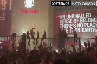 Simpatizantes del Liverpool festejan sin medidas sanitarias