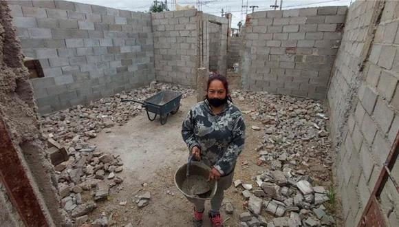 Mamá de 4 niños levanta su propia casa tras quedarse sin dinero para pagar el alquiler. (Foto: Facebook | Vanesa Canelo)