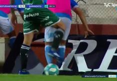 ¡Insólito! Jugador argentino desaparece de la cancha tras caer a un pozo de agua y termina empapado