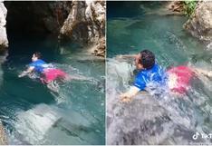 Un hombre es arrastrado violentamente por una cascada ante los gritos de desesperación de su pareja