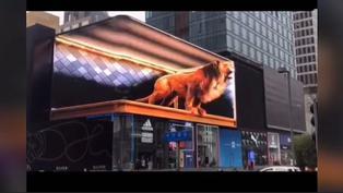 Viral: Publicidad gigante se 'sale de la pantalla' y asusta a transeúntes