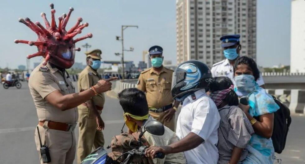 Un oficial de policía en la India usa este método para generar conciencia entre la población sobre la pandemia del coronavirus. (Fotos: Asian News International)