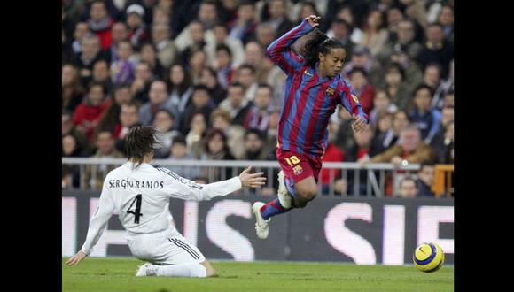 Ronaldinho supera a Ramos antes de marcar. El brasileño fue la figura de aquel 0-3 de 2005. (Getty)