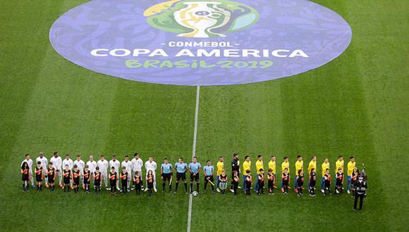 Los jugadores peruanos y brasileños antes del duelo de fase de grupos. (Getty Images)
