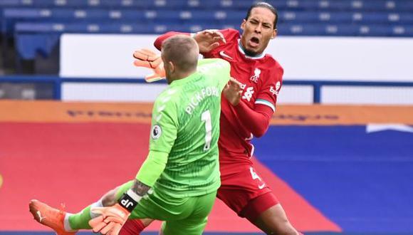 Jordan Pickford y la entrada peligrosa que produjo la lesión a Van Dijk. (Foto: AFP)