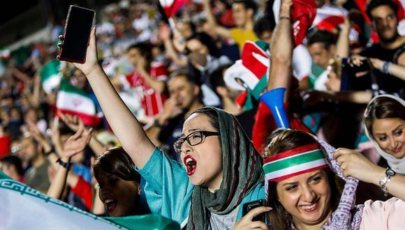 Mujeres iraníes en el Estadio Azadí de Teherán, disfrutando del partido entre Irán y España. (Foto: AFP)