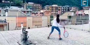 Coronavirus en Italia: jóvenes juegan tenis sobre los techos
